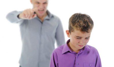 """Cậu bé bị mắng """"vô văn hóa"""" và cách ứng xử bất ngờ của người mẹ"""